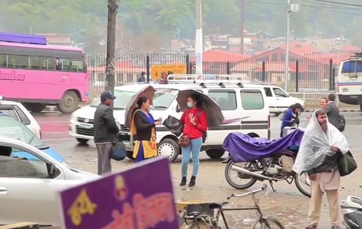 काठमाडौमा बसेका नागरिकहरु घर फर्किरहेका
