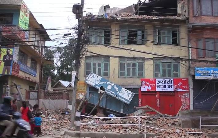 भूकम्पले क्षति पुगेको घरभित्र समान लिन जाने क्रममा पुरिएकी एक महिलाको जीवितै उद्दार गरिएको