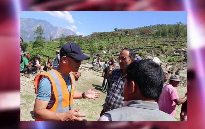 एनआरएनका प्रतिनिधि नेपालका भूकम्प पीडितको राहतका लागि तल्लिन भएर खटेका